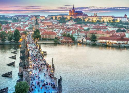 Visiten el puente de Carlos o el castillo de Praga